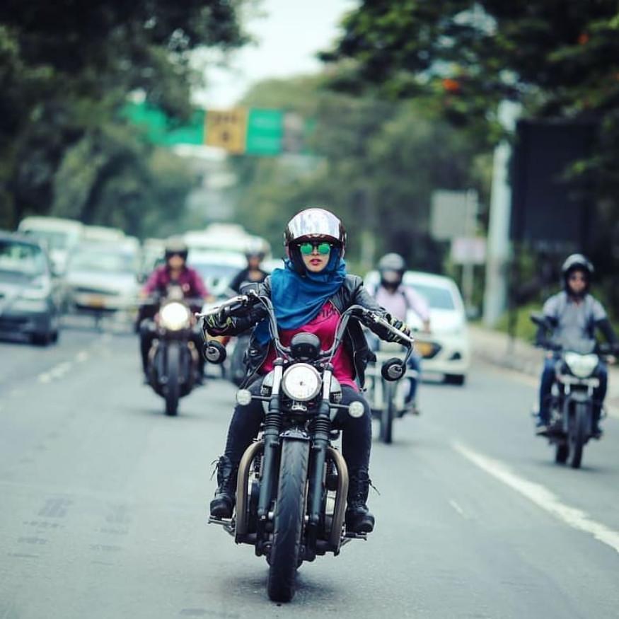 लेदर जॅकेट घालून बुंगाट बाईक चालवणाऱ्या रोशनीचे हिजाबवाली बायकर म्हणून फोटो व्हायरल झाले.