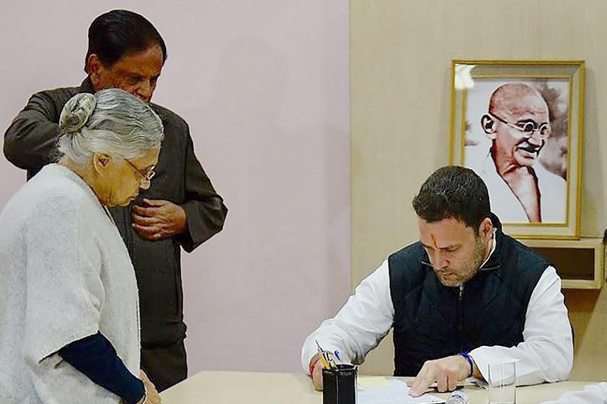 सोनिया गांधींशी असलेल्या घनिष्ठ संबंधांमुळे शीला दीक्षित 1998 मध्ये दल्ली काँग्रेसच्या अध्यक्ष बनल्या. त्यानंतर सहाच महिन्यांनी दिल्लीच्या विधानसभा निवडणुकीत त्यांना विजय मिळाला.