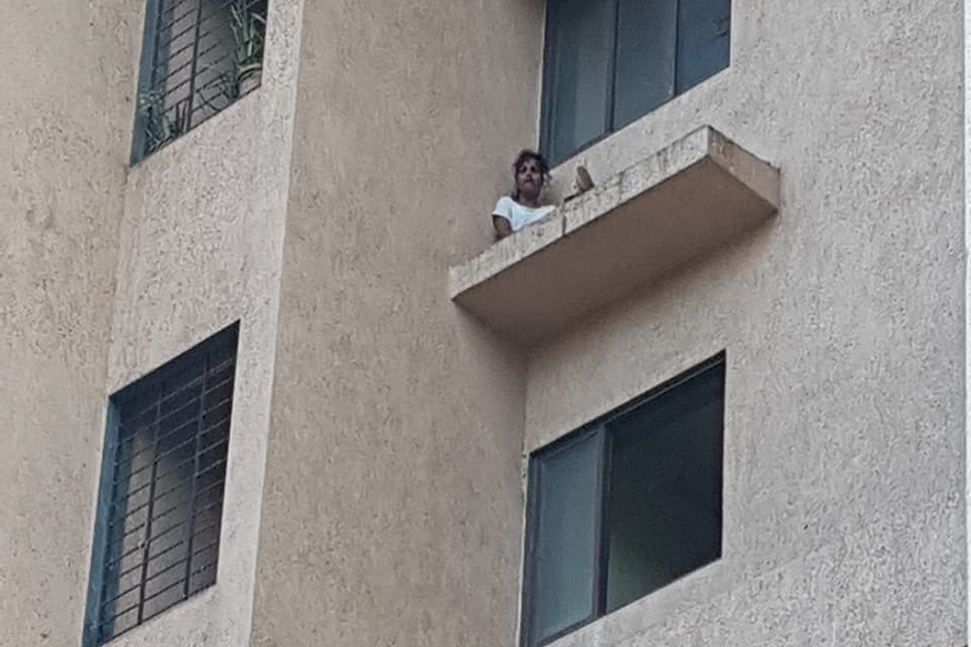 या तरुणीनं स्वतःला जखमाही करून घेतल्या आणि त्यानंतर ग्रामीण पोलीस अधीक्षक कार्यालयासमोरील एका इमारतीच्या सहाव्या मजल्याच्या छज्ज्यावर ती बसली होती.