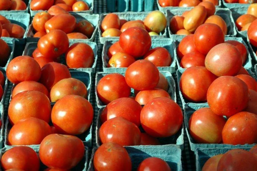 उच्च रक्तदाब असणाऱ्यांनी आपल्या रोजच्या आहारात टोमॅटोचा जास्तीत जास्त वापर करावा. त्यामध्ये असणाऱ्या पोटॅशियममुळे हायपरटेन्शन आणि उच्च रक्तदाब या समस्या कमी होण्यास मदत होते.