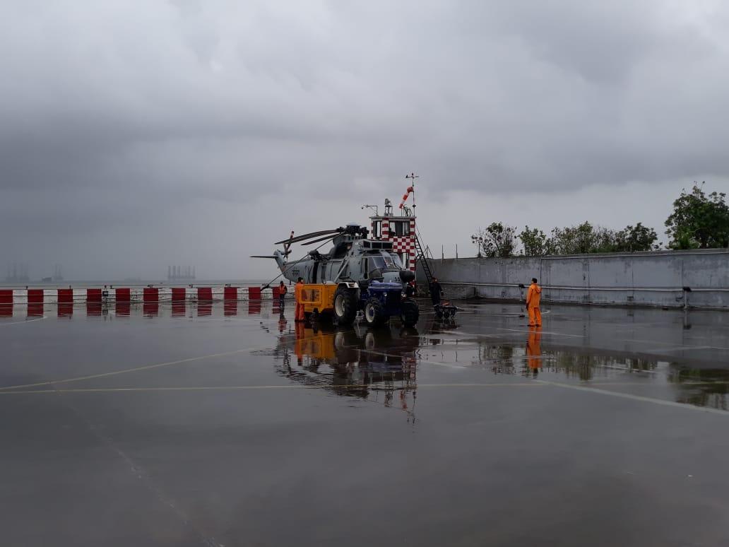 याच हेलिकाँप्टर मध्ये नेव्हीचे पाणबुडे ही रेस्कू बोट आणि इतर बचाव साहित्यासह पोहचले आहेत.