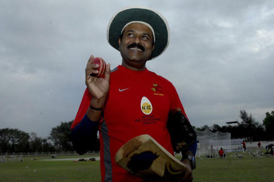 यात आता भारताचा माजी फलंदाज आणि रणजी कोच प्रवीण आमरे यांनी भारतीय संघाचा प्रशिक्षक होण्याची इच्छा वर्तवली आहे. आमरे यांनी भारतासाठी 11 कसोटी सामने तर, 37 एकदिवसीय सामने खेळले आहेत.