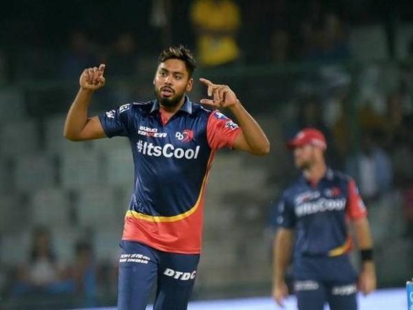 22 वर्षांचा आवेश खान आयपीएलमध्ये दिल्ली कॅपिटल्स संघाकडून खेळतो. त्यानं प्रथम श्रेणीत 16 सामने खेळले आहेत यात 58 विकेट घेतल्या. त्यामुळं आवेश खानला संघात जागा मिळू शकते.