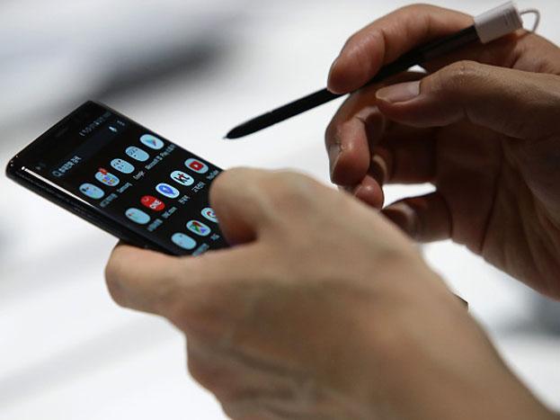 आपण एकाच वेळी अनेक अॅप्स वापरत असतो. मात्र, अॅप वापरून झाल्यानंतर ते बंद न करता बॅकग्राउंडला तसेच सुरू असतात. काम झाल्यानंतर ते बंद केल्यास बॅटरीचे चार्जिंग सेव्ह राहिल.