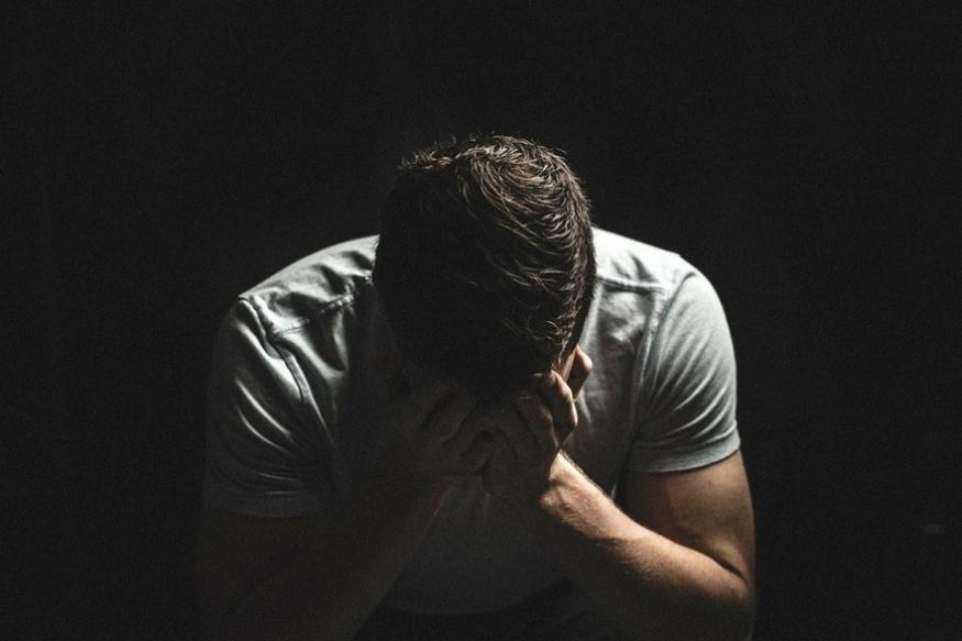 एशियन वनमध्ये प्रकाशित झालेल्या एका रिपोर्टनुसार, रडल्यामुळे शरीरातील कॉर्टिसोन नामक हार्मोन रिलीज होतात. शरीरात या हार्मोनचं प्रमाण वाढल्याने वजन कमी होतं. दुसरी गोष्ट म्हणजे तणाव वाढल्यानंतर जेव्हा आपण रडतो तेव्हा अश्रूंमधून एक विशेष पदार्थ शरीरातून बाहेर पडतो. या पदार्थामुळे वजन वाढतं.