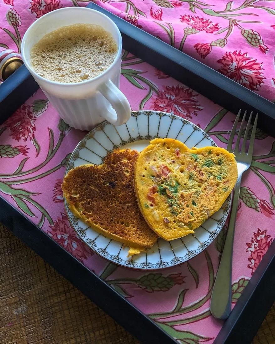 ताज्या भाज्या घालून केलेला बेसन चिल्ला हा चांगला नाश्ता आहे. त्याच्यावर थोडंसं तेल आणि मीठ शिंपडा. यामुळे ते चवदारही होईल आणि आरोग्याच्या दृष्टीने चांगलंही असेल.