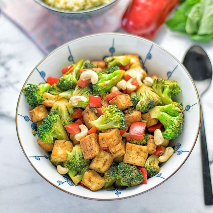 टोफू स्टर फ्राय सोयापासून बनलेलं टोफू हे प्रोटीन्स मिळवण्यासाठी चांगलं आहे.
