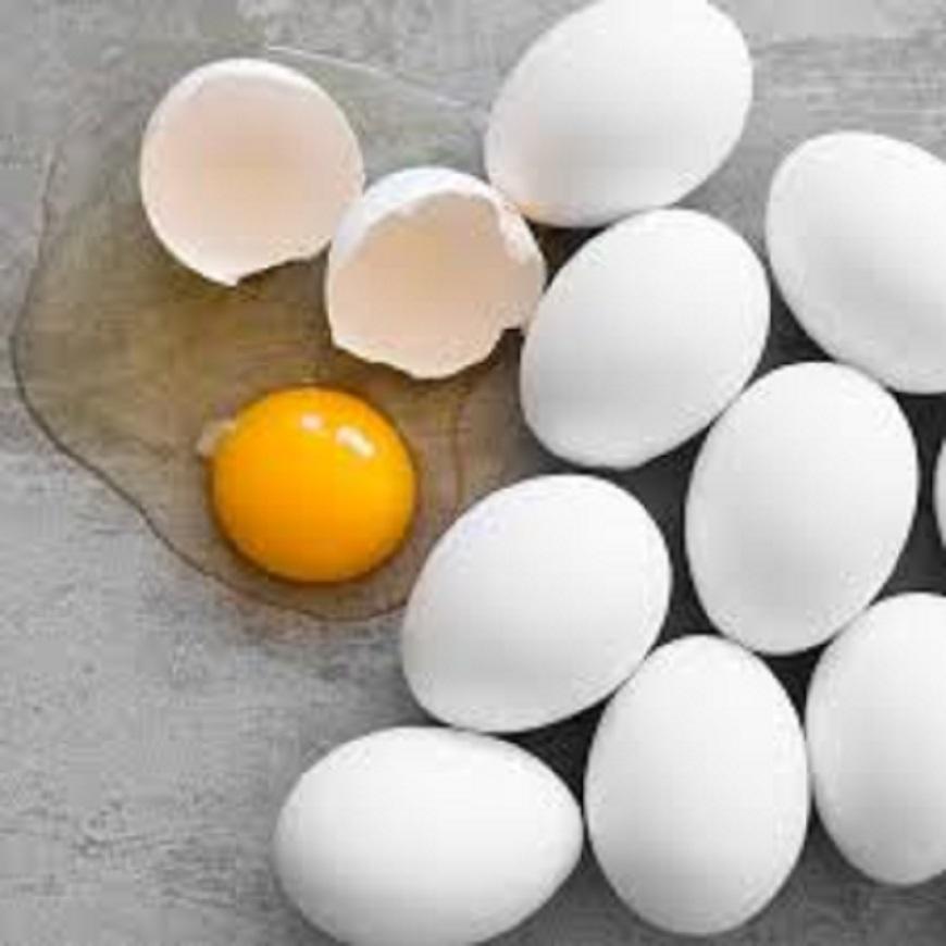 अंड्याच्या पिवळ्या बलकात कोलेस्ट्रॉलचं प्रमाण जास्त असतं. त्यामुळे ते प्रमाणात खावं, असं म्हणतात. पांढऱ्या भागात फॅट्स कमी असतात.