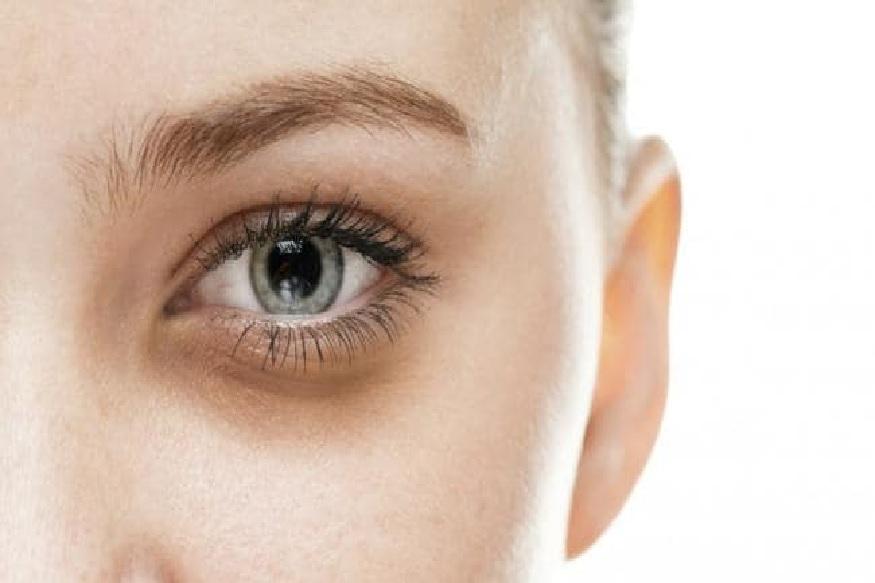चेहरा अधिकाधिक खुलून दिसावा यासाठी तुम्ही बदामाचा वापरसुद्धा करू शकता. 1 चमचा बदाम पेस्ट आणि दूध यांचं एकत्रित मिश्रण डोळ्यांखाली लावलं तर नक्कीच डोळ्यांखालील डार्क सर्कल्स कमी होऊन चेहऱ्याचं सौंदर्य खुलून दिसेल.