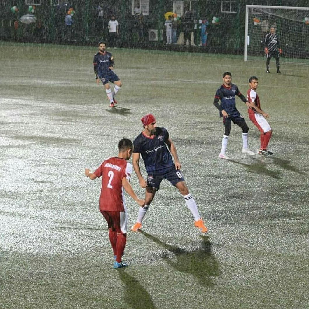 मुंबईत शुक्रवारी संध्याकाळी धुवांधार पाऊस कोसळत असूनही सिने स्टार्सची टीम आणि आर्मी नेव्हीतल्या जवानांची टीम या खास सामन्यासाठी मैदानात उतरली. (फोटो  - योगेन शाह  Instagram)