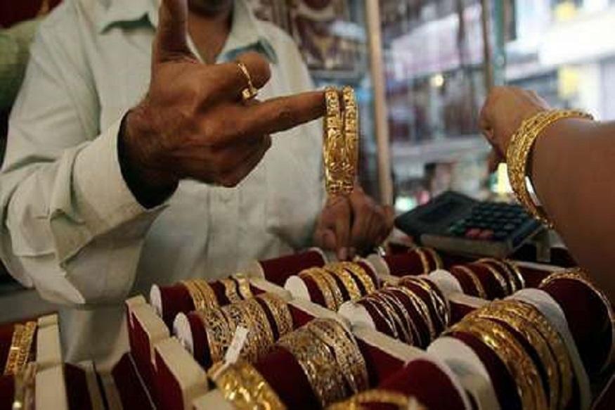 सोनं आज स्वस्त झालं असलं तरी यंदाच्या दिवाळीत सोन्याचे दर तेजीत असण्याची शक्यता मुंबईतील सराफा बाजारात व्यक्त केली जात आहे. दिवाळीपर्यंत सोने 38 हजारावर जाण्याची शक्यता आहे. तर चांदीचे दर 45 हजारावर पोहोचू शकतात.