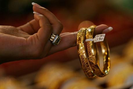 आंतरराष्ट्रीय बाजाराच्या गणितांमुळे सोन्याचे भाव चढत आहेत. दिवाळीपर्यंत असाच दर राहण्याची शक्यता आहे.