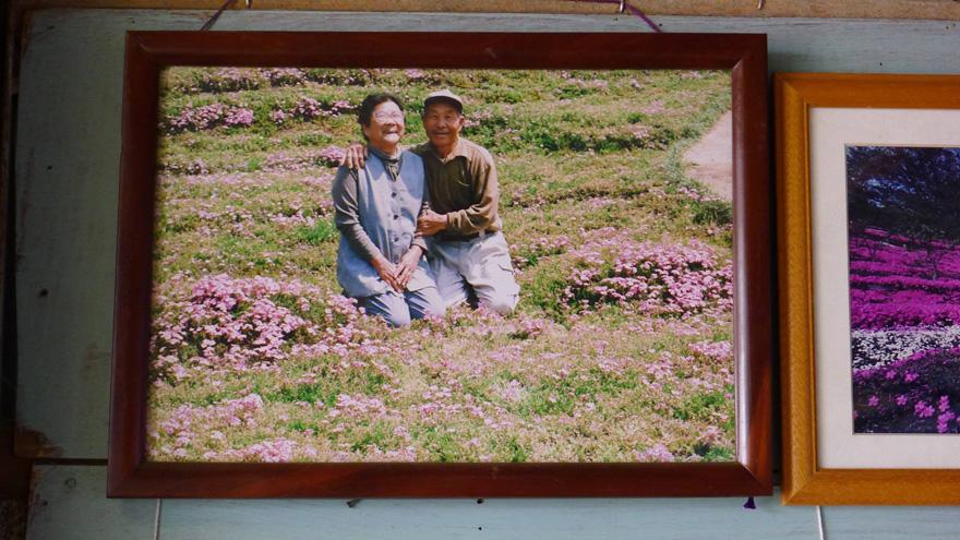 हे आहेत कुरोकी पती- पत्नी. 1965 मध्ये दोघांचं लग्न झालं. हे दोघं जपानच्या शिंतोमी येथे डेअरी फार्म चालवायचे. द टेलिग्राफने सर्वप्रथम या जोडप्यांना प्रकाशझोतात आणलं. दोघंही आपलं आयुष्य आनंदाने जगत होते आणि निवृत्तीनंतर जपान फिरण्याची स्वप्न पाहत होते. (छाया सौजन्य- यूट्यूब)