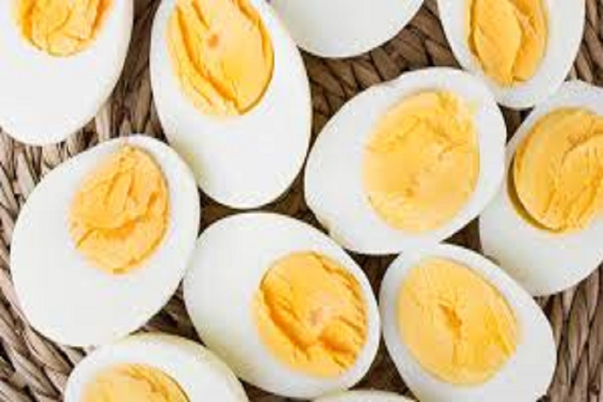 जास्त उकडलेलं अंडं खाऊ नये, कारण अंड्यातल्या हायड्रोजन सल्फाईडचं आयर्न सल्फाईड होतं. अंड्याचा बलक जितका जास्त हिरवा-निळा दिसेल तितकी अभिक्रिया जास्त झाली असं समजावं. असं अंडं खावं की नाही याबद्दल तज्ज्ञांत एकमत नसलं, तरी विषाची परीक्षा कशाला घ्यायची? मध्यम आचेवर गरजेपुरतंच अंडं उकडून खाणं शहाणपणाचं.
