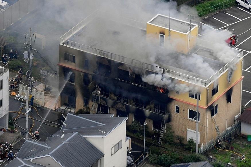 पाहा PHOTO : एका इसमाने अॅनिमेशन स्टुडिओमध्ये घुसून लावली आग, 26 जणांचा मृत्यू