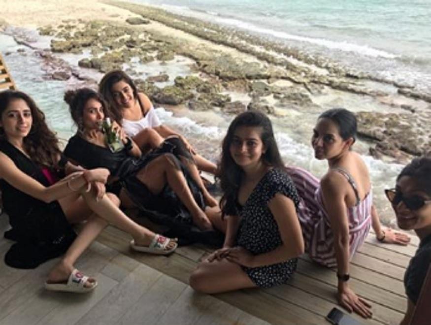 सध्या मलायाका तिच्या गर्ल्स गँगसोबत मालदीवला सुट्टी एंजॉय करत आहे. याचे फोटो तिनं तिच्या इन्स्टाग्रामवर शेअर केले आहेत.