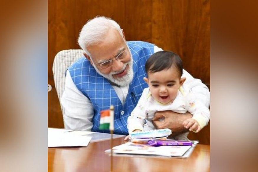 पंतप्रधान कार्यालयातल्या या फोटोंमध्ये पंतप्रधान नरेंद्र मोदी एका लहानग्यासोबत खेळताना दिसत आहेत.
