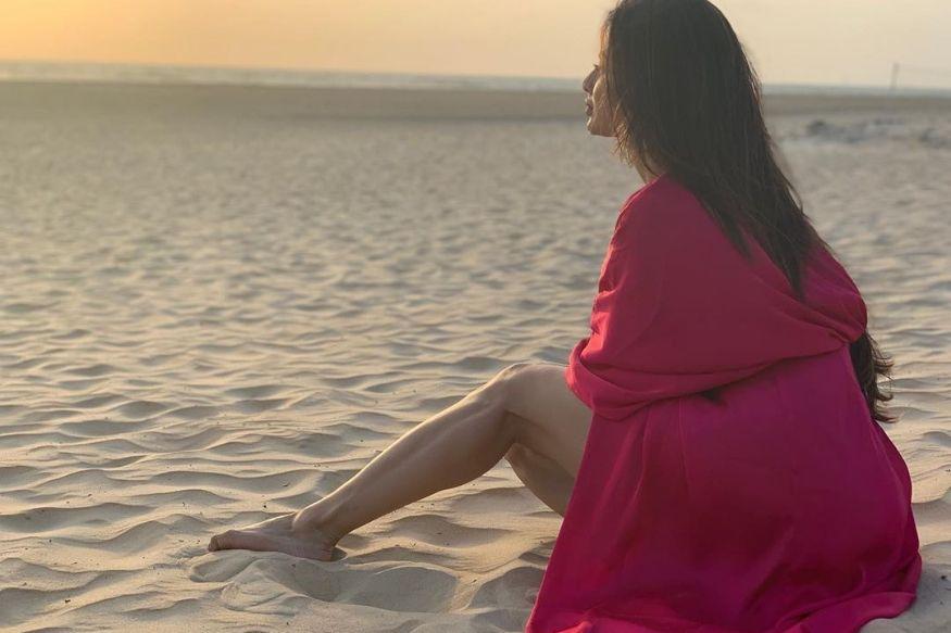छोट्या पडद्यावरील नागिन म्हणून प्रसिद्ध असलेली अभिनेत्री मौनी रॉय सध्या बॉलिवूडमध्ये आपलं नशीब अजमावत आहे. तिनं अक्षय कुमारच्या 'गोल्ड' या सिनेमातून बॉलिवूडमध्ये पदार्पण केलं.