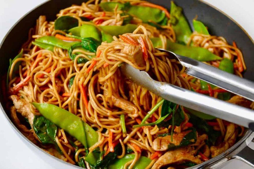 लहान असो मोठ्या व्यक्ती, सकाळ असो वा संध्याकाळ किंवा मग दुपारचं जेवण असो वा रात्रीचं जेवण. नूडल्स हा बऱ्याच लोकांचा आवडता मेन्यू असतो. पण एक्सपर्टच्या मते, नूडल्स किंवा चाऊमिन हे तुमच्या आरोग्यसाठी चांगलं नसतं.
