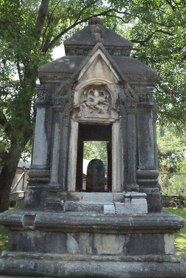 पयेर मंदिर- घनदाट जंगलात वसलेल्या घनदाट जंगलात हे मंदिर आहे. या मंदिराला स्थानिक लोक पयेक मंदिर या नावाने ओळखतात. या मंदिराची खासियत म्हणजे दे संपूर्ण मंदिर एका दगडाने तयार केलं आहे. या मंदिराला पाहून अनेकजण आश्चर्यचकीत होतात. या मंदिराची वास्तुकला पाहण्यासाठी एकदा तरी या जागेला भेट दिलीच पाहिजे.
