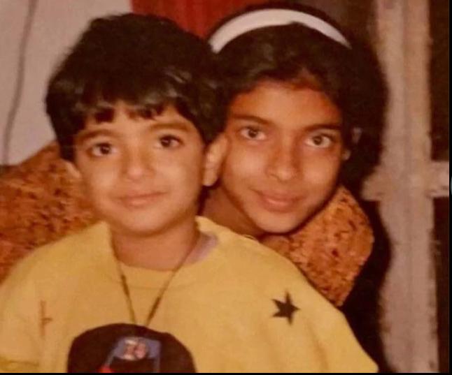 या फोटोतली मुलगी पुढे मिस इंडिया आणि मिस वर्ल्ड झाली. सध्या ती बॉलिवूडच नाही तर हॉलिवूडही गाजवते आहे. प्रियांका चोप्राचा लहानपणचा फोटो