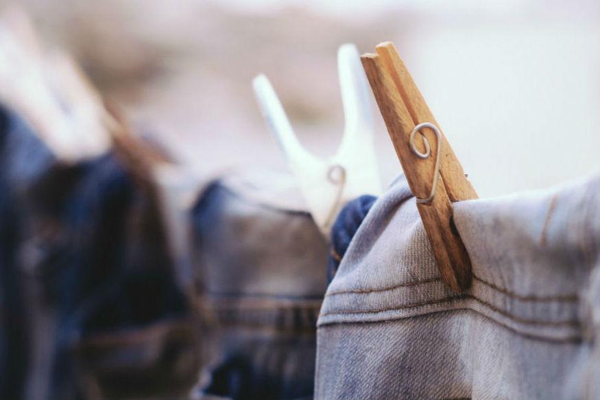 कपड्याचा स्टँड घरातल्या त्यातल्या त्यात हवेशीर जागी ठेवा. जीन्ससारखे सर्वांत जाड कपडे एका बाजूला वाळत घाला.