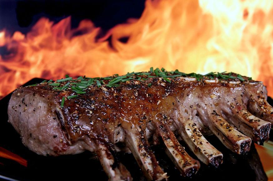 मांसाहार- प्रवासात मांसाहार खाणंही टाळाच. कारण हे जेवण कोणत्या तेलात आणि मसाल्यांमध्ये तयार केलं जातं हे माहीत नसतं. प्रवासात शक्यतो हलके- फुलके पदार्थ खाण्याला प्राधान्य द्या.