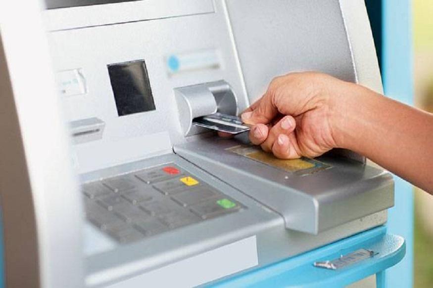 तुमचं रुपे कार्ड (RuPay) फक्त एटीएममधून पैसे काढण्यासाठी नाही. या कार्डवर सरकारकडून 2 लाख रुपयांचा विमाही मिळू शकतो. बँक खातं उघडलं की हे कार्ड मोफत मिळतं.