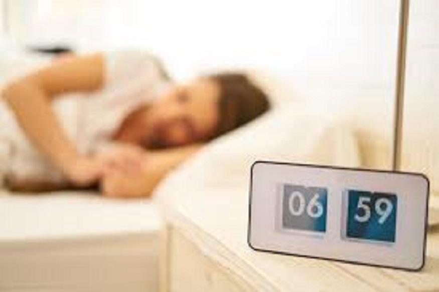 मोबाईलवर गजर लावून snooz करायची सवय टाळा. ती दहा मिनिटं आणखी झोपायचं मन करतं हे खरं पण त्यामुळेच अंगात आळस भरतो आणि तो दिवसभर टिकतो.
