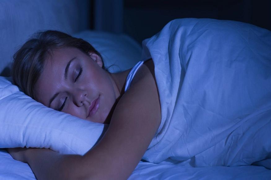शरीराला पुरेसा आराम मिळणे गरजेचं आहे. त्यामुळे फिट असणारे लोक आवश्यक झोप घेतात.