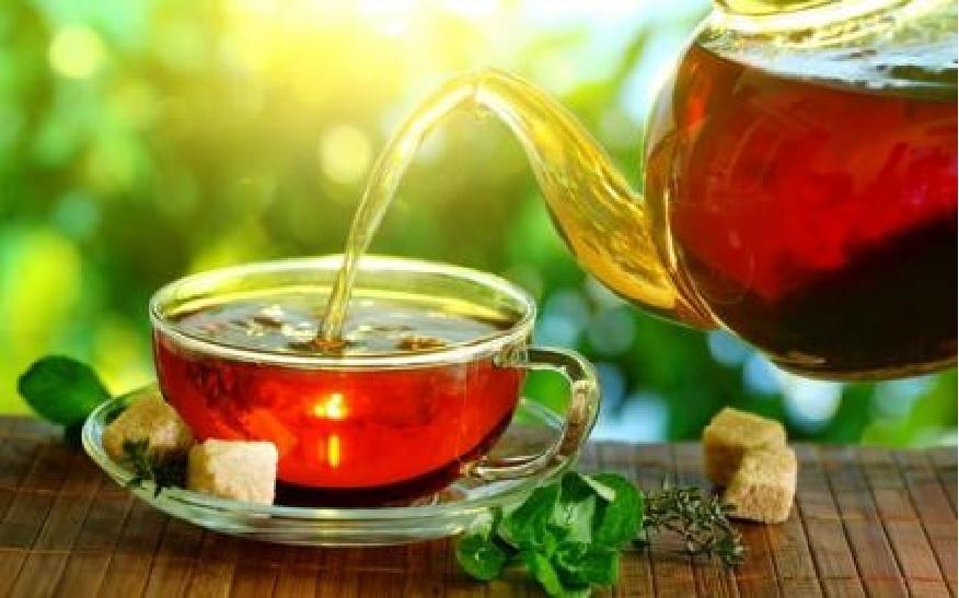 चहा आणि पावसाचं वेगळं नातं आहे. पण पावसाच्या दिवसात शक्यतो तुलसी चहा प्या. कारण यातील एंटीऑक्सीडेंट तुम्हाला अनेक रोगांपासून दूर ठेवतात आणि तुम्ही निरोगी राहता. शक्य असेल तर चहामध्ये तुळशीच्या पानांचा वापर करा.