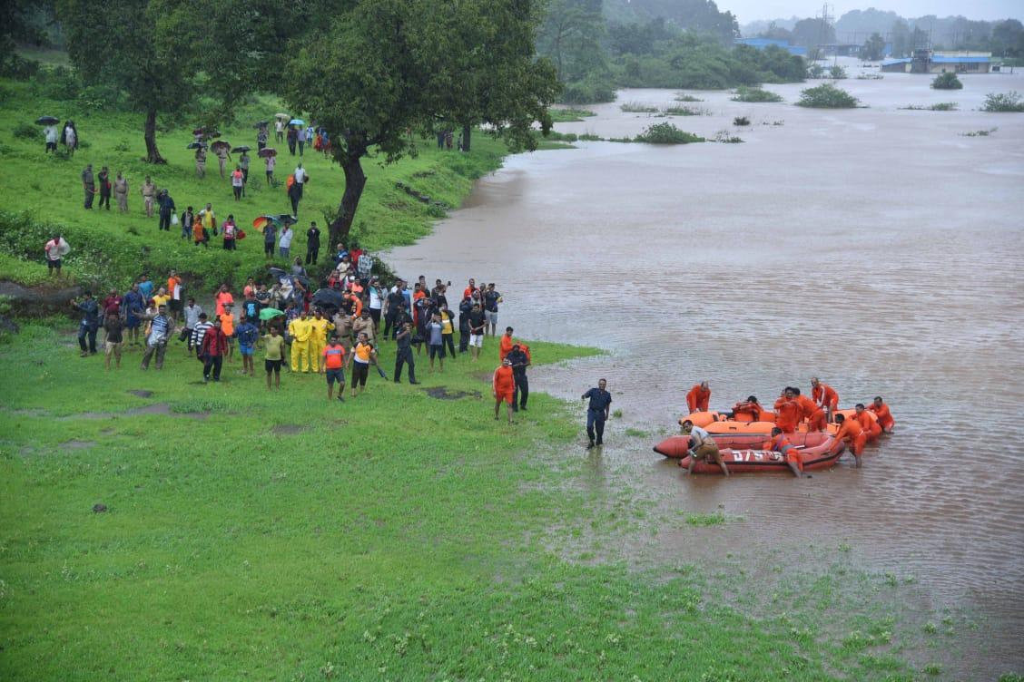 महालक्ष्मी एक्सप्रेसमध्ये अडकलेल्या प्रवाशांना बोटीने सुखरूप काढण्यात आलं.