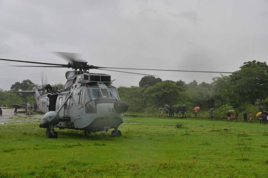 प्रवाशांच्या सुटकेसाठी नौदल आणि हवाई दलाची हेलिकॉप्टर्स पाठवण्यात आली.