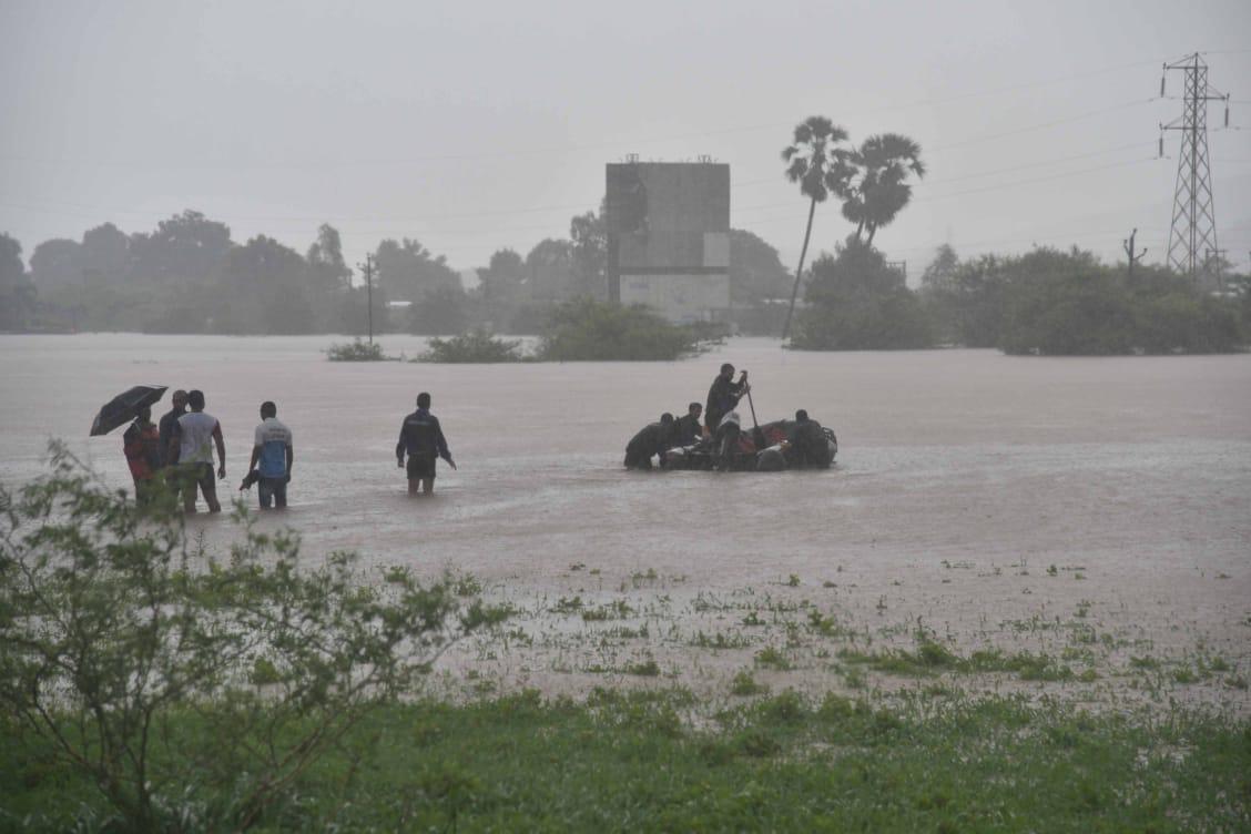 महालक्ष्मी एक्सप्रेसला चहूबाजूंनी पाण्याचा वेढा पडल्यामुळे पाण्यातून वाट काढत बचावकार्य करावं लागलं.