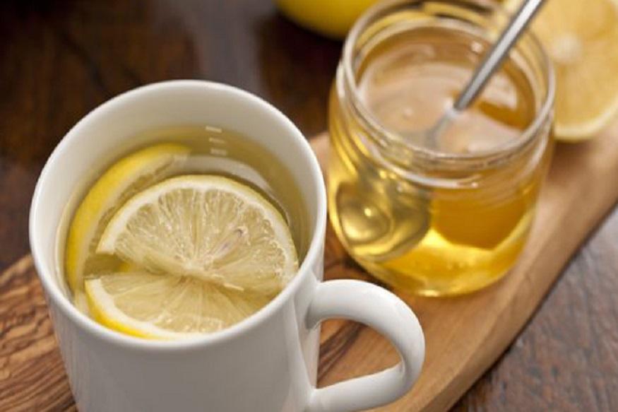 सकाळी कोमट पाणी प्या. यामुळे पोट साफ व्हायला मदत होते. पाण्यात थोडं लिंबू आणि मध घालून प्यायलात तर जास्त फायदा होईल. पोट साफ झालं तर दिवस चांगला जातो, याचा अनुभव तुम्हाला असेलच.