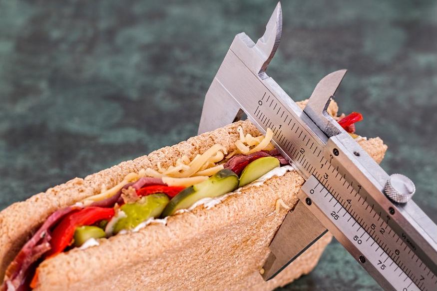 ठरावीक डाएट केलं तरच वजन कमी होईल. हेसुद्धा खरं नाही. प्रत्येकाच्या शरीराची गरज वेगळी असते. पुरेसं जेवण केलंच पाहिजे. कमी खाऊनही वजन वाढू शकतं.