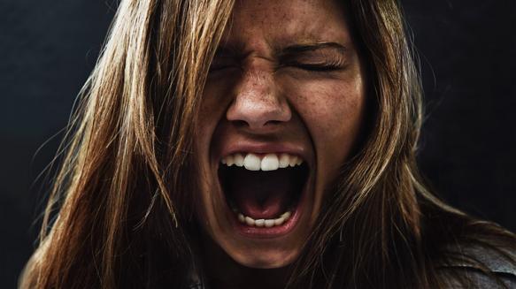जेव्हाही तुम्हाला राग येईल तेव्हा सगळ्यात आधी त्या जागेवरून उठून निघून जा. शांत आणि मोकळ्या जागी जा. तिथे काही वेळ एकट्याने घालवा. यामुळे तुम्ही रिलॅक्स व्हाल आणि तुमचा राग शांत होईल. ज्यावेळी तुम्हाला राग येईल तेव्हा डोळे बंद करून दीर्घ श्वास घ्या. दीर्घ श्वास घेताना मनाला सतत सांगा की तुम्हाला राग आणि चिडचिड करायची नसून तुम्हाला शांत रहायचं आहे.