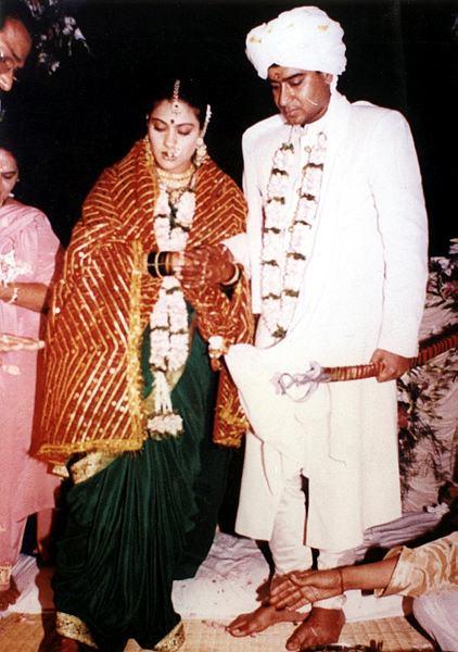 अजय आणि काजोलची पहिली भेट सिनेमाच्या सेटवर झाली. जेव्हा अजयला काजोल आणि त्याच्या प्रेमाबद्दल विचारले तेव्हा अजय म्हणाला होता की, 'मला स्वतःला नाही माहीत हे नक्की केव्हा सुरू झालं. मी कधी काजोलला प्रपोज केलं नाही. फक्त भेटी- गाठीमुळे नातं पुढे जात राहिलं. काजोलने अजयची तेव्हा साथ दिली जेव्हा तो स्वतः सिनेमांत स्ट्रगल करत होता.'