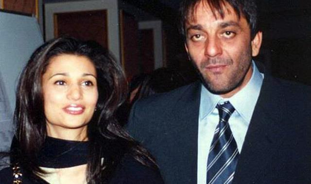 पहिल्या पत्नीच्या निधानानतंर अभिनेता संजय दत्त यानं मॉडेल रिया पिल्लई हिच्याशी 1998 मध्ये लग्न केलं. मात्र त्यांचं हे नातं फार काळ टिकलं नाही अखेर त्यांनी 2005 मध्ये एकमेकांपासून वेगळं होण्याचा निर्णय घेतला.