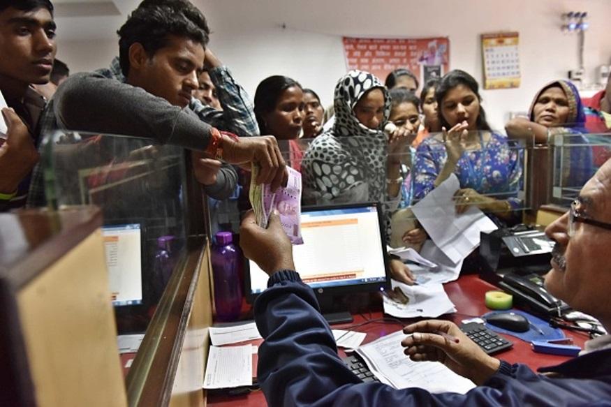 एसबीआयनं रिटेल फिक्स्ड डिपॉझिट आणि बल्क डिपॉझिटच्या व्याज दरात कपात केली आहे. 1 लाख रुपयांपर्यंत डिपॉझिट करणाऱ्या ग्राहकांना 3.5 टक्के व्याज मिळेल तर त्यापेक्षा जास्त रकमेवर 3 टक्के व्याज मिळेल. बँकेनं रिटेल टर्म डिपॉझिटच्या दरात 0.1 टक्के ते 0.5 टक्क्यांपर्यंत कपात केली आहे तर बल्क डिपॉझिट रेटमध्ये 0.3 टक्के ते 0.7 टक्के कपात केली आहे.