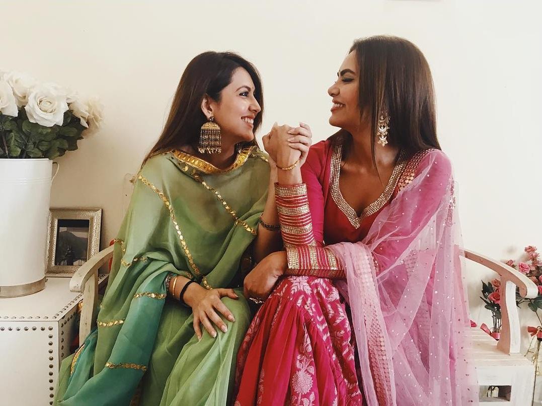 अभिनेत्री इशा गुप्ताची बहीण नेहा गुप्ता ही दिल्लीतील एक प्रसिद्ध फॅशन डिझायनर आहे.