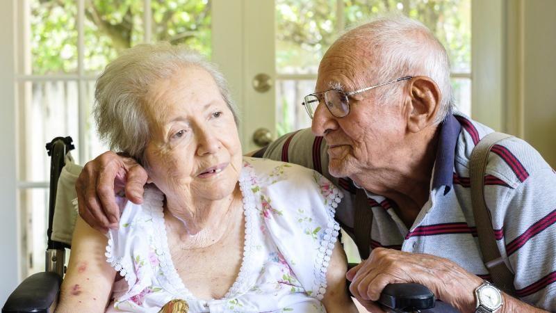 सर्वसाधारणपणे 65 वर्षांहून अधिकच्या लोकांना हा आजार होतो. याचा अर्थ हा नाही की त्याहून कमी वयाच्या लोकांना हा आजार होत नाही. पण कमी वयातील लोकांमध्ये या आजाराची सुरुवात अल्जायमर नावाच्या आजाराने होते.