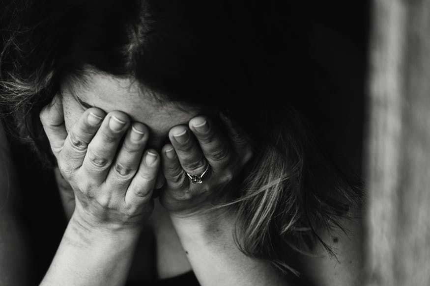 फोबियाग्रस्त व्यक्ती ज्या गोष्टींबद्दल घाबरत असतात, त्या गोष्टींचा खोलवर जाऊन विचार करतात. याची लक्षणं त्यांच्या शारीरिक आणि भावनिक हालचालींवरून कळून येतात.