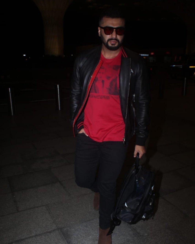 अर्जुन रेड टी-शर्ट, ब्लॅक जीन्स आणि ब्लॅक लेदर जॅकेटमध्ये दिसला. यावेळी तो खूपच डॅशिंग दिसत होता. दोघांच्या ड्रेसिंग स्टाइलवरून ते परफेक्ट कपल गोल्स देत असल्याचं बोललं जात आहे.