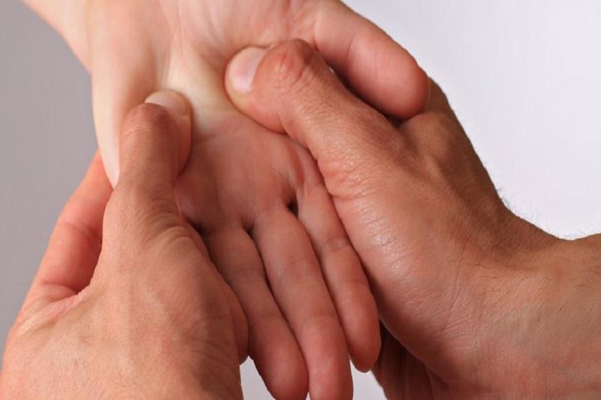 बदलत्या जीवनशैलीमुळे अंग दुखी होणं ही सर्वसामान्य गोष्ट आहे. प्रत्येक छोट्या गोष्टीसाठी डॉक्टरांकडे जाणंही अनेकजण टाळतात. तुमचा आजार जर गंभीर नसेल तर सामान्य आजारांसाठी तुम्ही एक्युपेशरच्या मदतीने आराम मिळवू शकता.