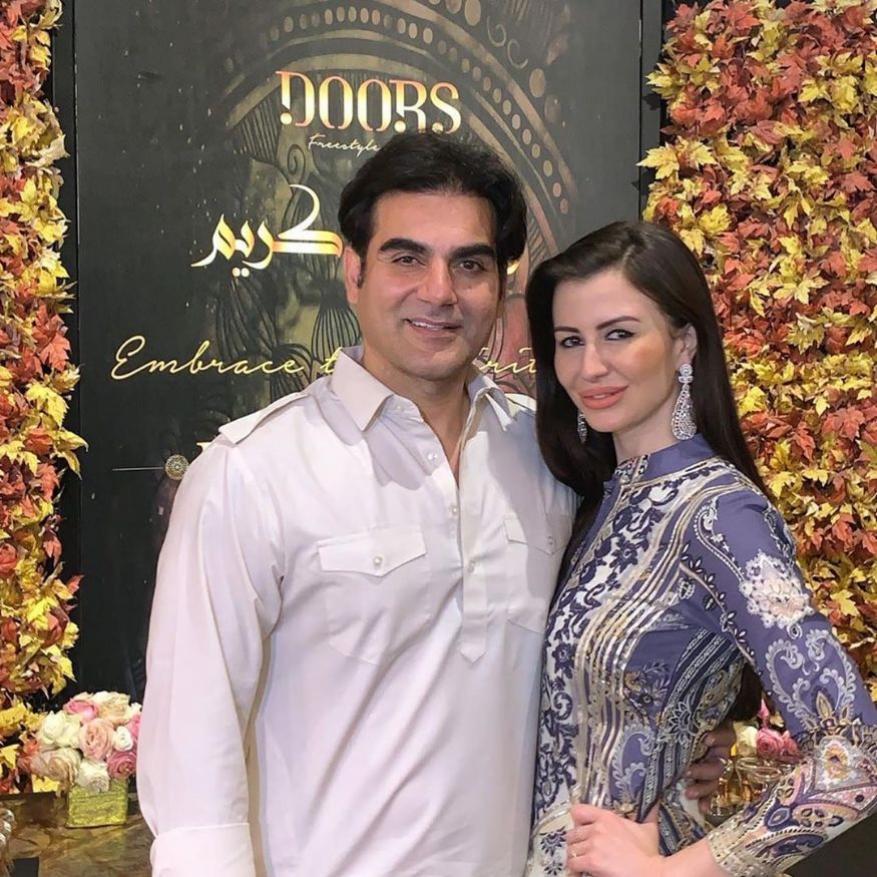 अरबाज खान आणि त्याची गर्लफ्रेंड जॉर्जिया नेहमीच एकत्र दिसतात. तसेच खान कुटुंबीयांच्या प्रत्येक पंक्शनला जॉर्जिया उपस्थित असते. जॉर्जिया ही मॉडेल आणि सिंगर आहे.