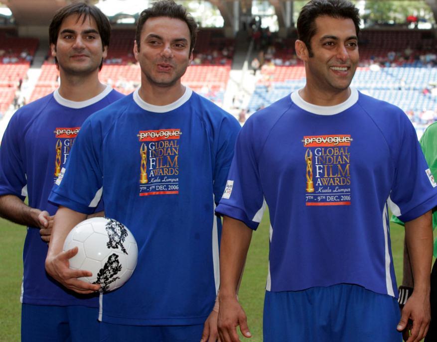 सलमान खान त्याचे भाऊ सोहेल खान आणि अरबाज खान यांच्यासोबत फुटबॉल मॅच अगोदर पोझ देताना. हा त्याचा फोटो 2006 मधील आहे.