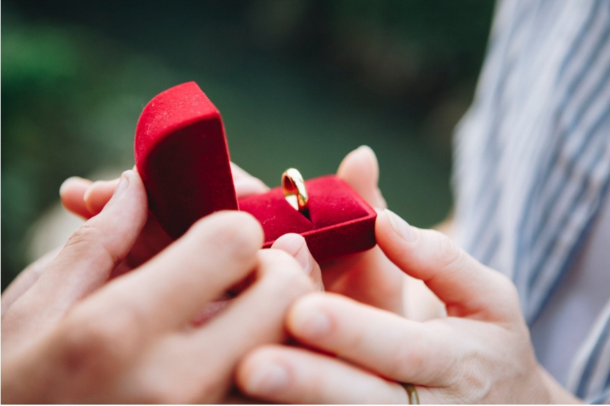 लग्नाआधी आणि साखरपुड्यानंतरचा काळ हा प्रत्येक जोडप्यासाठी फार खास असतो. या काळात भावी जोडीदारासोबत पुढील आयुष्याची स्वप्न रंगवली जातात. या काळात दोघांनाही एकमेकांसोबत जास्तीत जास्त काळ घालवावा असं सारखं वाटत असतं. मात्र या काळात काही गोष्टींची काळजी नक्कीच घ्यायला हवी. नाही तर भविष्यात याचा त्रास होऊ शकतो.
