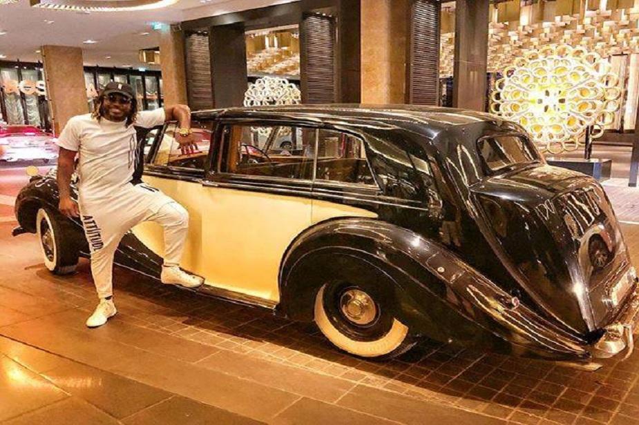 गेलकडे असलेल्या विंटेज रोल्स रॉयल्ससोबत तो सतत फोटो टाकत असतो. गेलकडे असलेली ही कार 1950ची मॉडेल आहे.