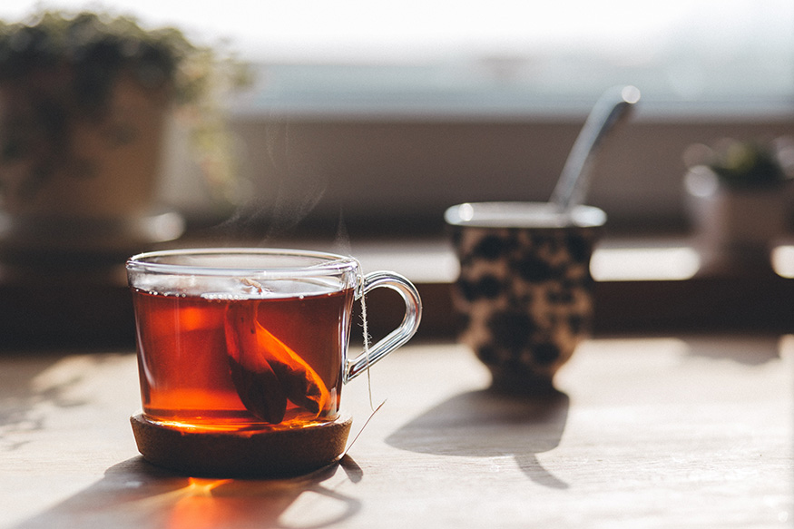 त्यामुळे चहा- कॉफी पीणं अचानक सोडू नका. याशिवाय ग्रीन टी प्या. यामुळे तुम्हाला झोपही चांगली येईल आणि तुम्ही दिवसबर उत्साही रहाल.